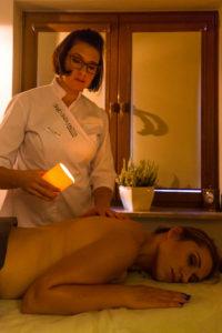 kobieta robi masaż drugiej kobiecie