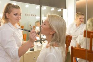 kobieta robiąca makijaż drugiej kobiecie