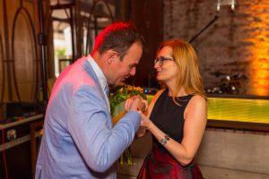 mężczyzna całuje w rękę kobietę