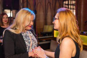 dwie blondynki rozmawiają