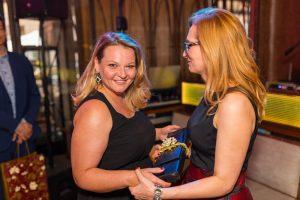 dwie kobiety uśmiechnięte