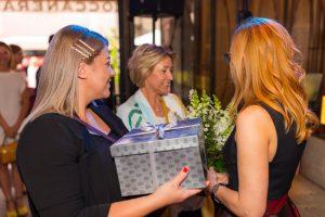 kobiety z prezentem i kwiatami